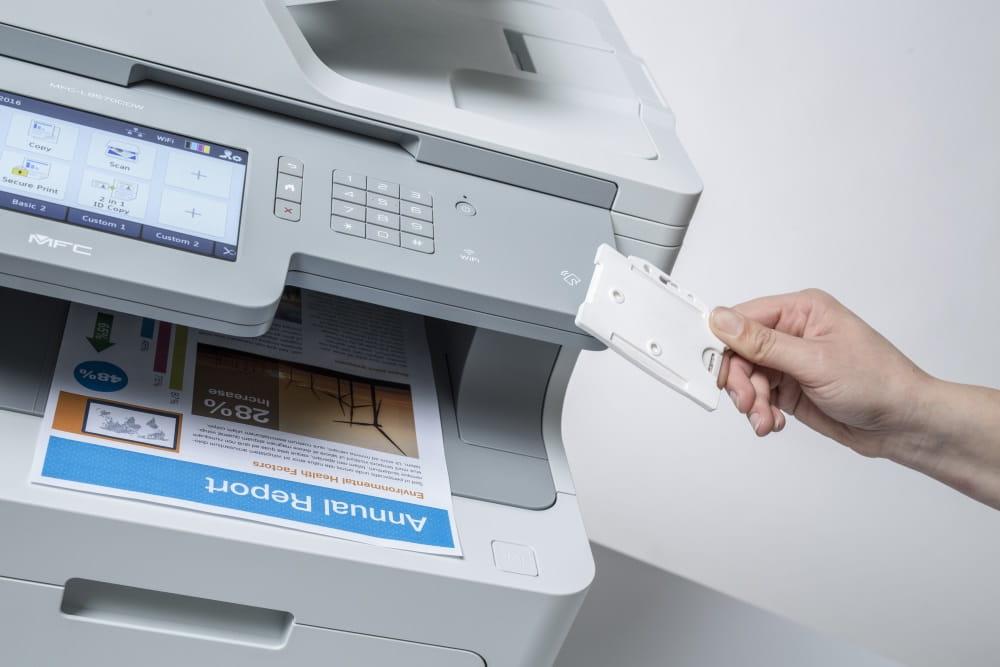 Door een id-tag bij de Brother printer te houden wordt deze ontgrendeld