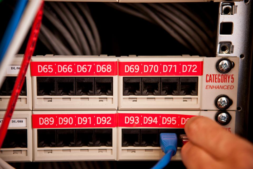 Originele Brother TZe-435 tapecassette – wit op rood, breedte 12 mm 4