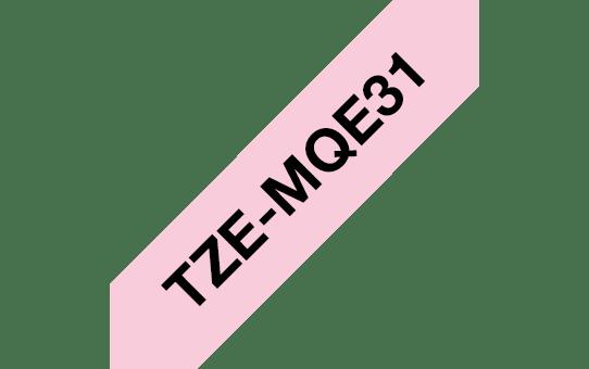 Originele Brother TZe-MQE31 label tapecassette – zwart op pastel roze, breedte 12 mm